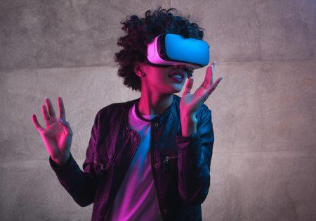 mulher-com-oculos-realidade-virtual